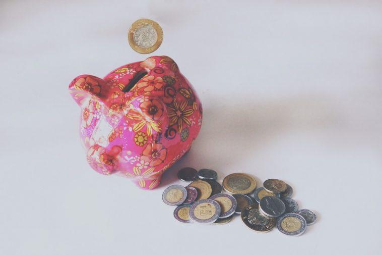 porco cofre e moedas