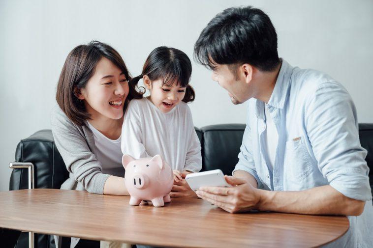 pais ensinando a criança sobre finança