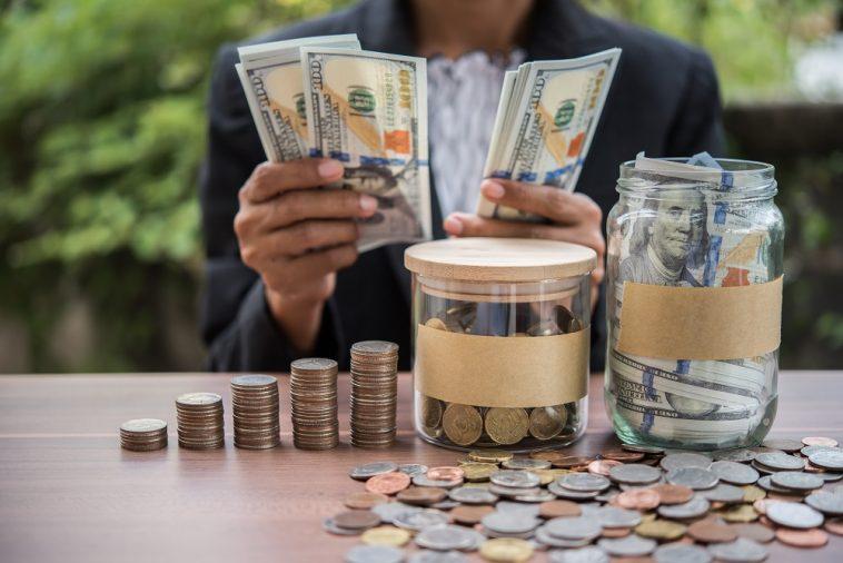 mulher organizar e juntando moedas e dinheiro