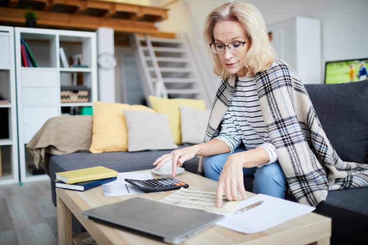 mulher calculando e organizando as finanças