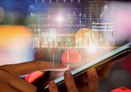 mão de uma mulher mexendo no celular e amplificado uma tela com investimentos crescentes