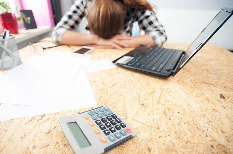 mulher decepcionada com as finanças