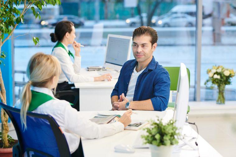 cliente conversa com seu gerente no banco