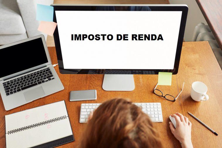 mulher mexendo no computador escrito imposto de renda