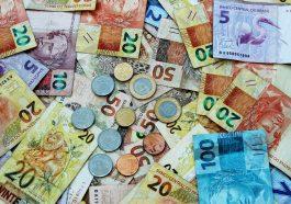 notas de dinheiro brasileiro espalhados, simbolizando o valor do auxílio emergencial 2021
