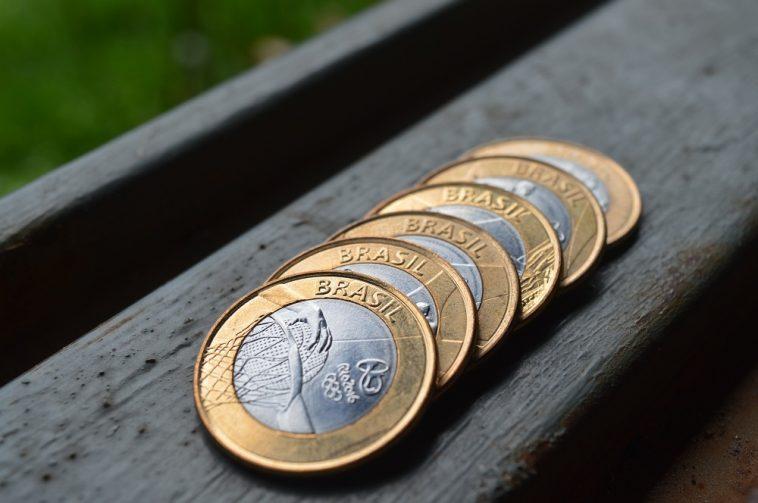 pilhas de moedas de um real