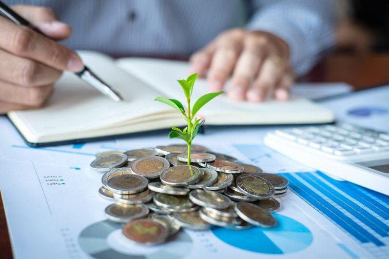 Empresário contador fazendo anotações no relatório fazendo finanças e calcular sobre o custo do investimento