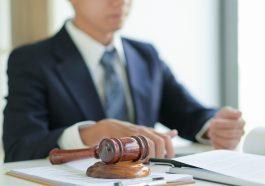 advogado ao fundo anotando em papéis