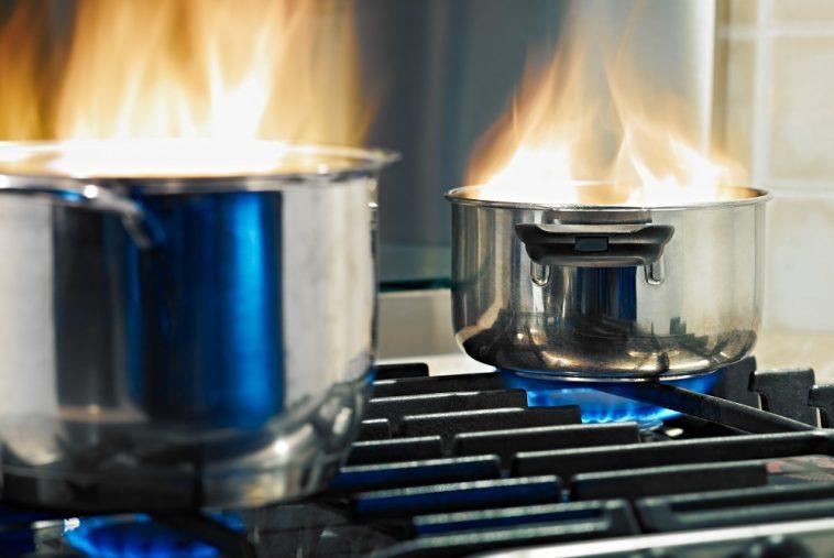 duas panelas no fogo com gás de cozinha