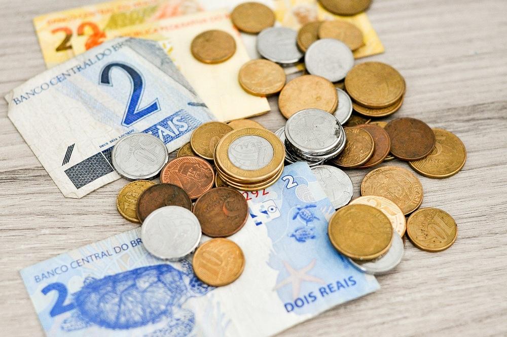 notas de dinheiro e moedas simbolizando o valor do auxílio gás