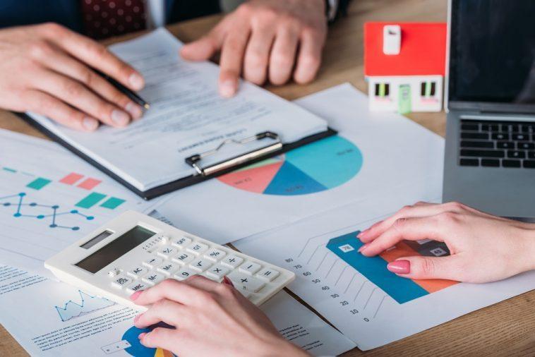 homem e mulher analisando dados sobre empréstimos