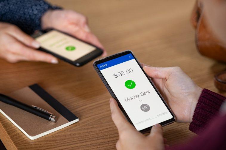 Mulher enviando dinheiro com telefone