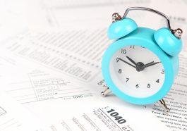 Formulário de retorno de imposto de renda individual com despertador azul