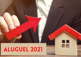 placa de madeira crescente em direção a uma casa de madeira simbolizando o aumento no valor do aluguel 2021