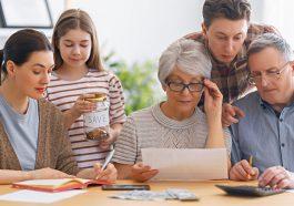 família reunida analisando as finanças e vendo como comprar parcelado no boleto