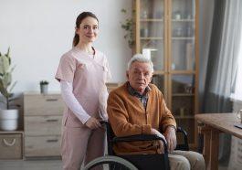 Retrato de jovem enfermeira e homem sênior em cadeira de rodas demonstrando a necessidade no aumento da aposentadoria por invalidez