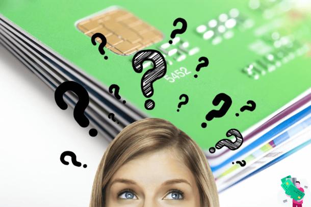mulher com pontos de interrogação acima da cabeça pensando em vários cartões de crédito ao fundo