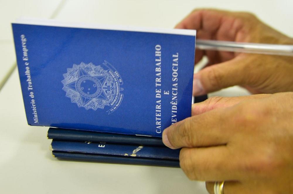foto de uma mão abrindo a carteira de trabalho