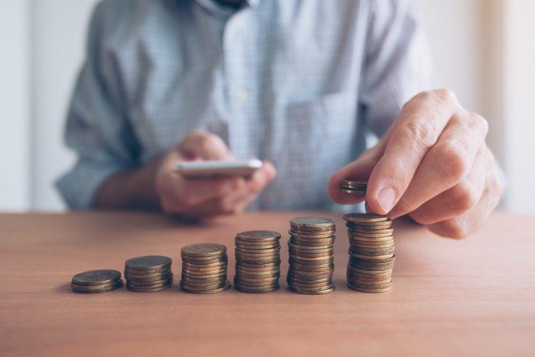 Empilhador de moedas, empresário com dinheiro empilhado