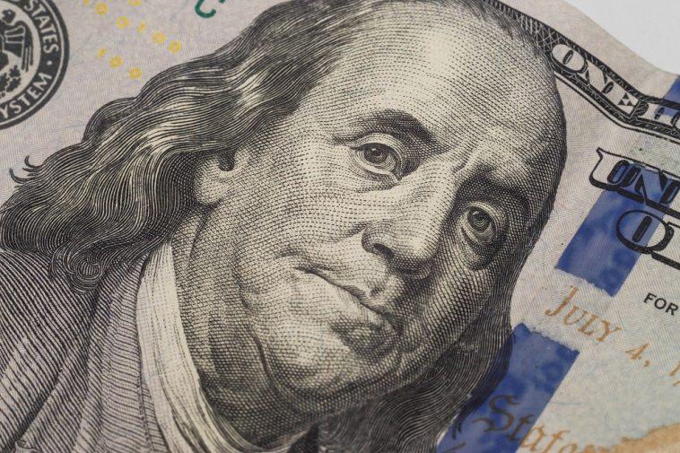 Closeup de dólares. O retrato de Benjamin Franklin na nova nota de cem dólares