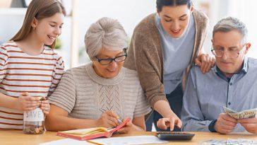 família reunida analisando o orçamento familiar