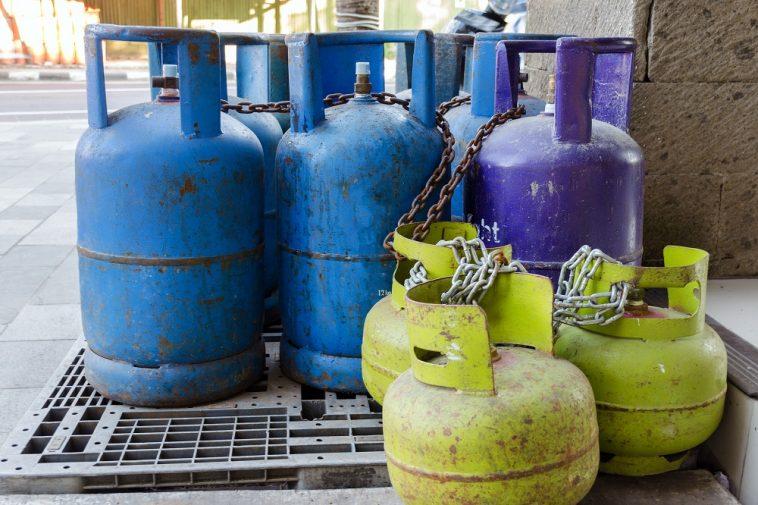 Cilindros de gás antigos na rua