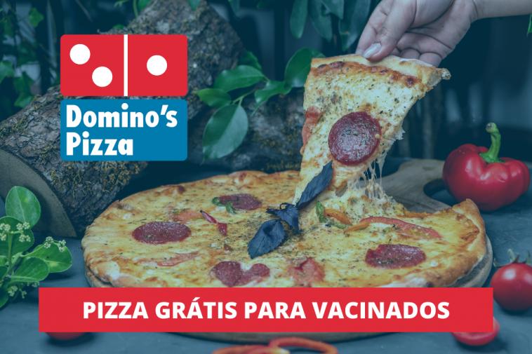 imagem de pizza sendo cortada ao fundo e a frente logo da empresa Domino's, simbolizando a promoção pizza grátis Domino's para brasileiros vacinados