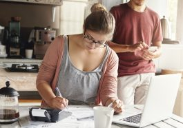 casal analisando as finanças para ver onde cortar gastos