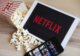 pipoca e um tablet e um celular apresentando a Netflix