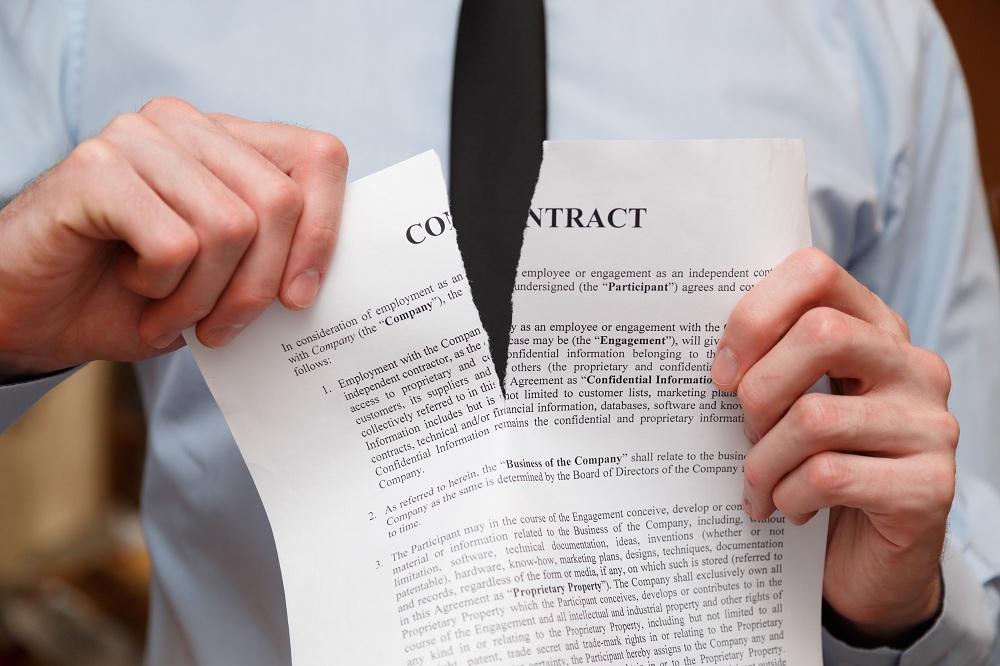 homem rasgando um contrato simbolizando como cancelar um empréstimo