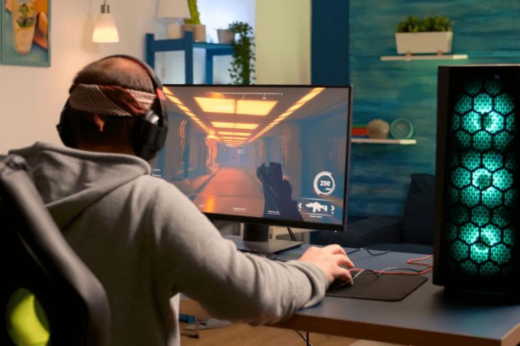 Gamer jogando CS em seu computador