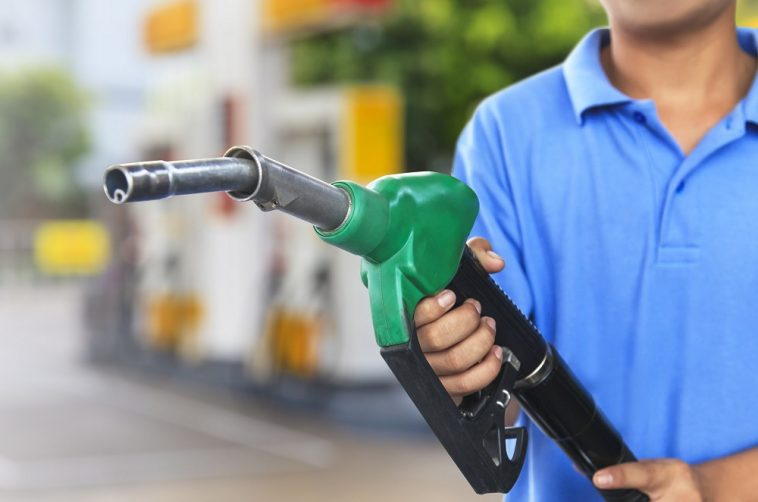 Bomba de gasolina para reabastecer o carro no posto com etanol ou gasolina