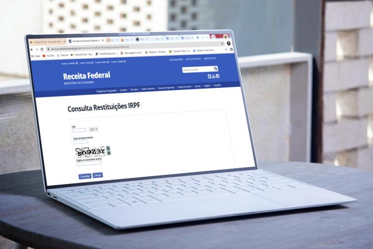 notebook mostrando a tela do site da Receita Federal, indicando a consulta restituição lote imposto de renda