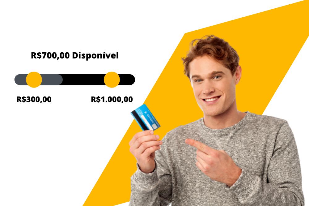 homem jovem segurando cartão de crédito na mão e apontando para o aumento de limite disponível