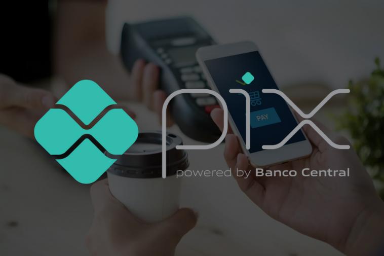 ao fundo imagem de celular realizando pagamento por aproximação e a frente a logo do PIX, simbolizando as novas mudanças no PIX