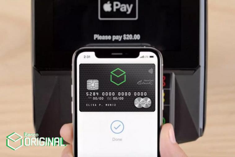 imagem de um celular ao fundo aberto na carteira digital Apple Pay e na tela inicial do app aparece o cartão Original Mastercard Black sendo configurado