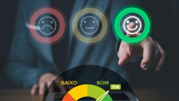 Homem de negócios usando smartphone e empurrando o botão de sorriso para a melhor avaliação, o conceito de satisfação do cliente