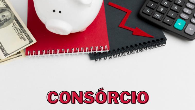 mesa com bloco de anotação em cima, calculadora preta, cofre de porco e dólar, com a palavra ao centro escrito Consórcio